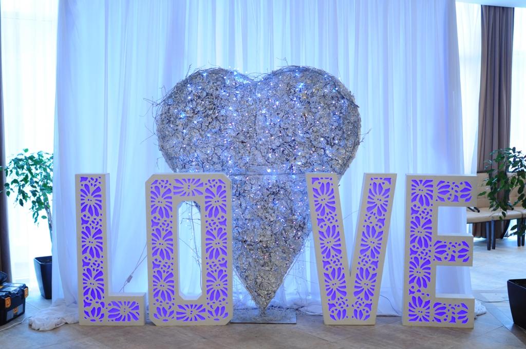 """Фотозона с сердцем и буквами """"LOVE"""""""