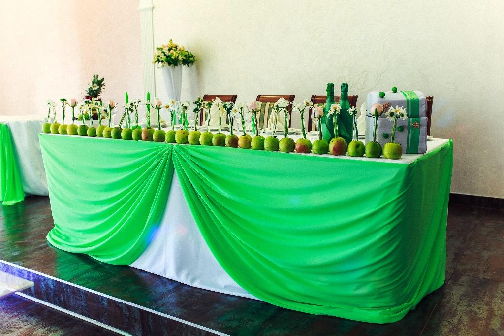 Стол молодоженов на яблочной свадьбе