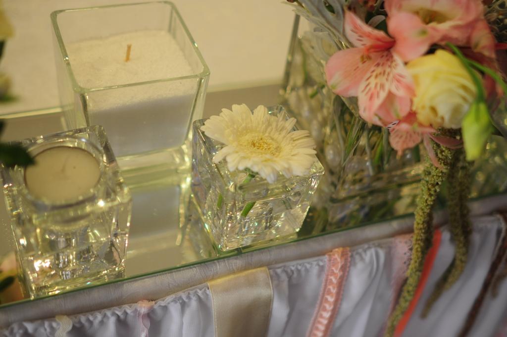 Квадратные вазы с цветами и свечами
