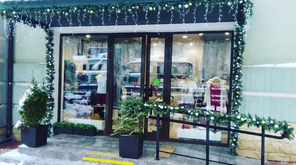 Оформление витрины магазина на Розе Хутор