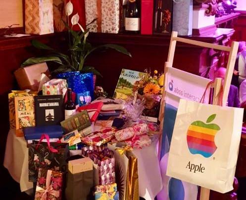 ein voller Geschenketisch