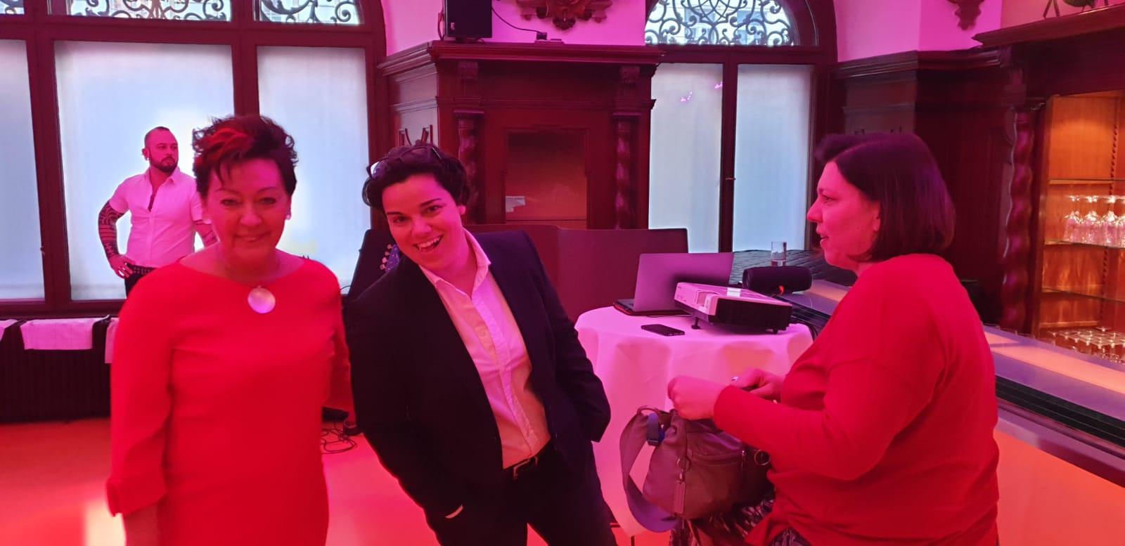 Martina Wimmer, Karin Kernmayer und Petra Klein bei den Vorbereitungen