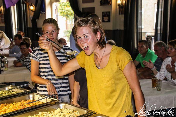 Thalita en Demi openen alvast het buffet _-)