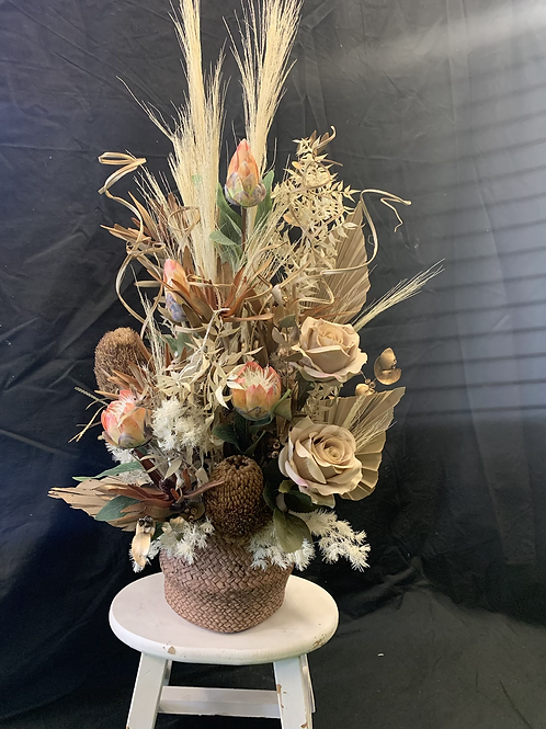 Dried flower arrangement (neutral)