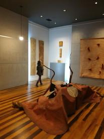 Instalação de Rubens Oestroen, ao fundo a esquerda obras de Juliana Hoffmann e a direita painel de Rubens Oestroen