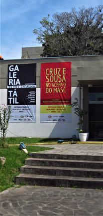 Fachada do Centro Integrado de Cultura com o banner da exposição