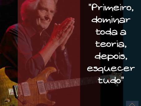 O grande mestre da guitarra John McLaughlin