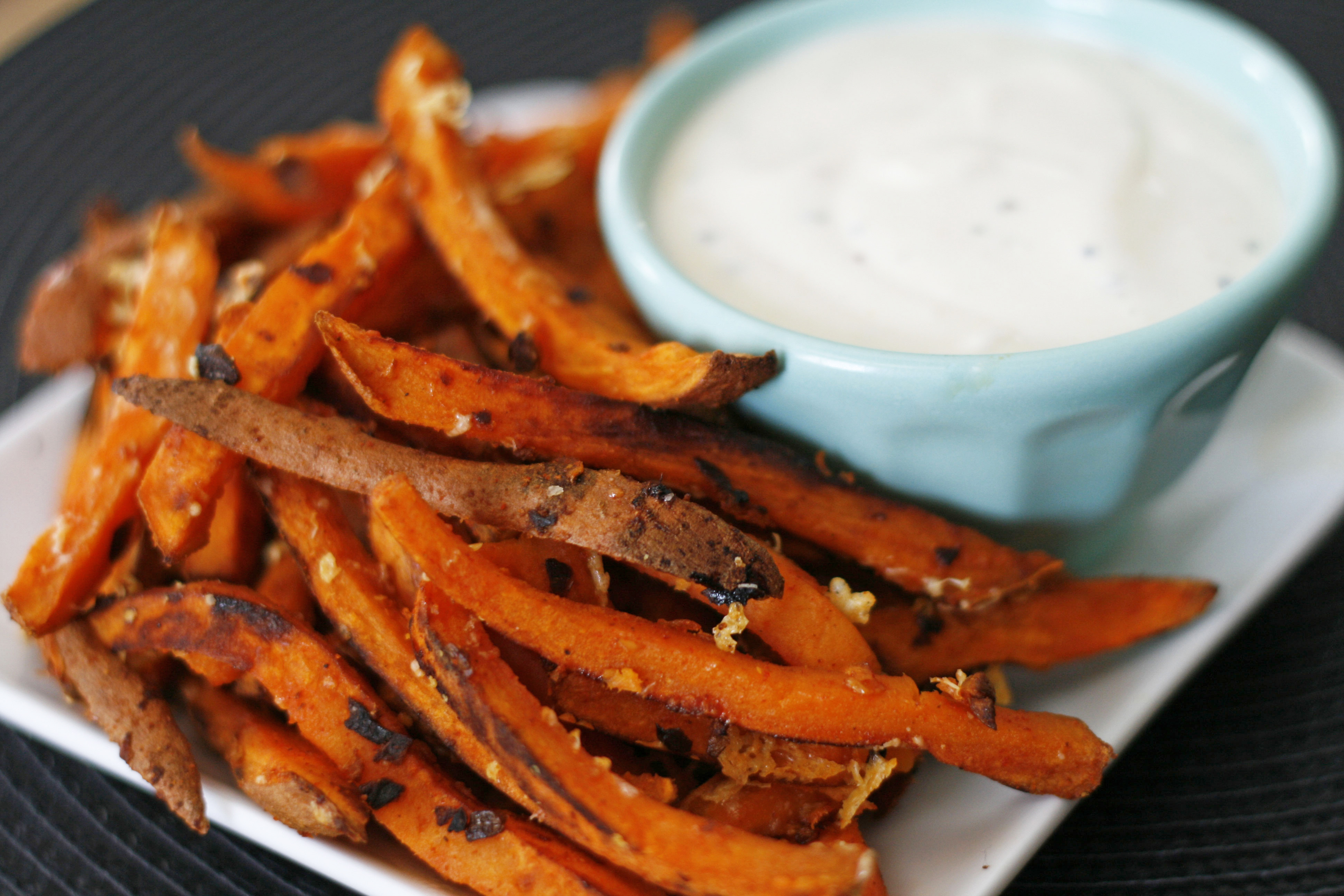 Sweet potato chips & serving sauce