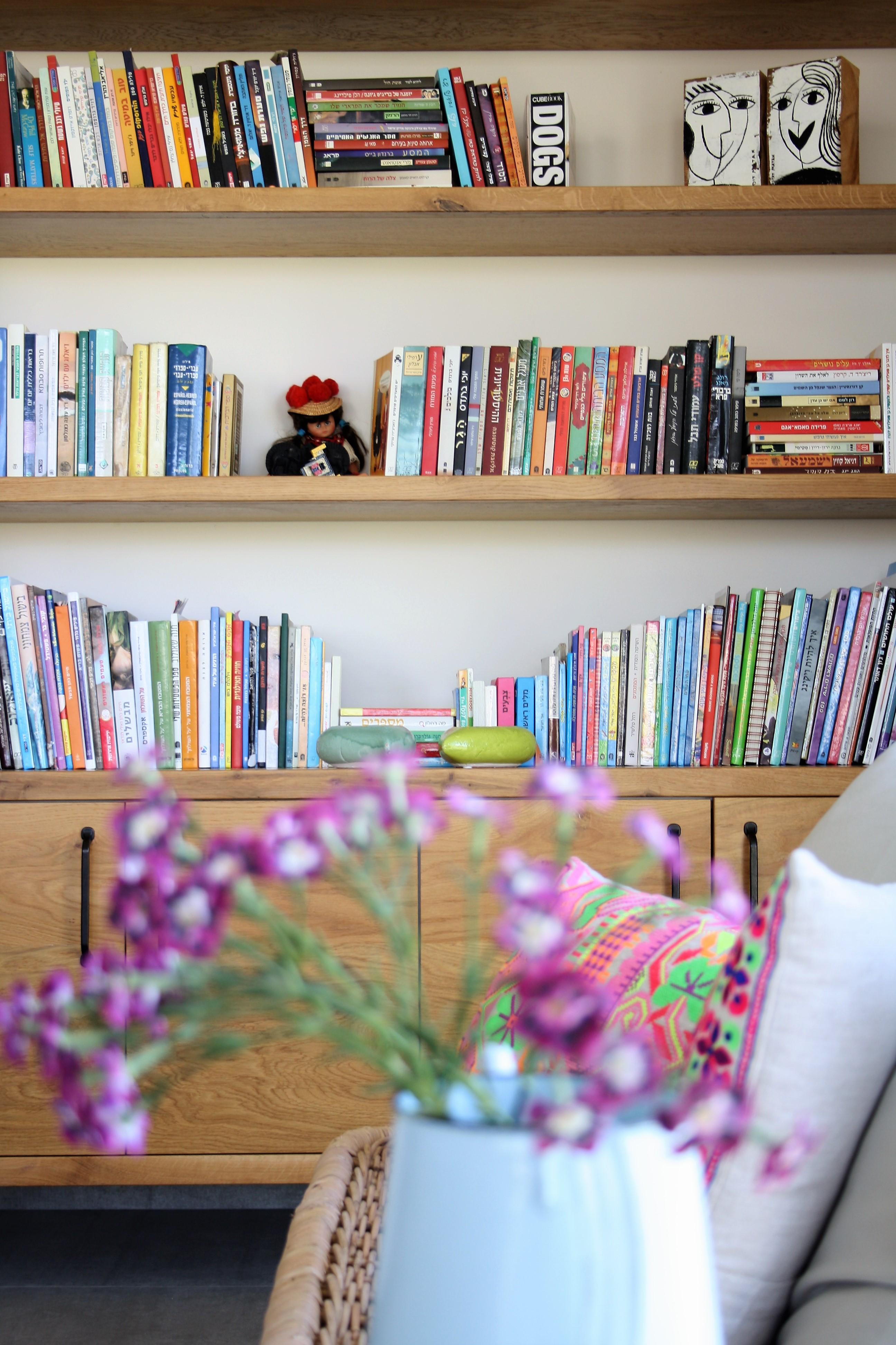 מבט לספריה בסלון