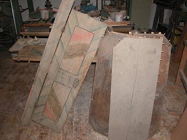 Reperatur, Bretterhaufen mit Malereien, Holzrestaurator