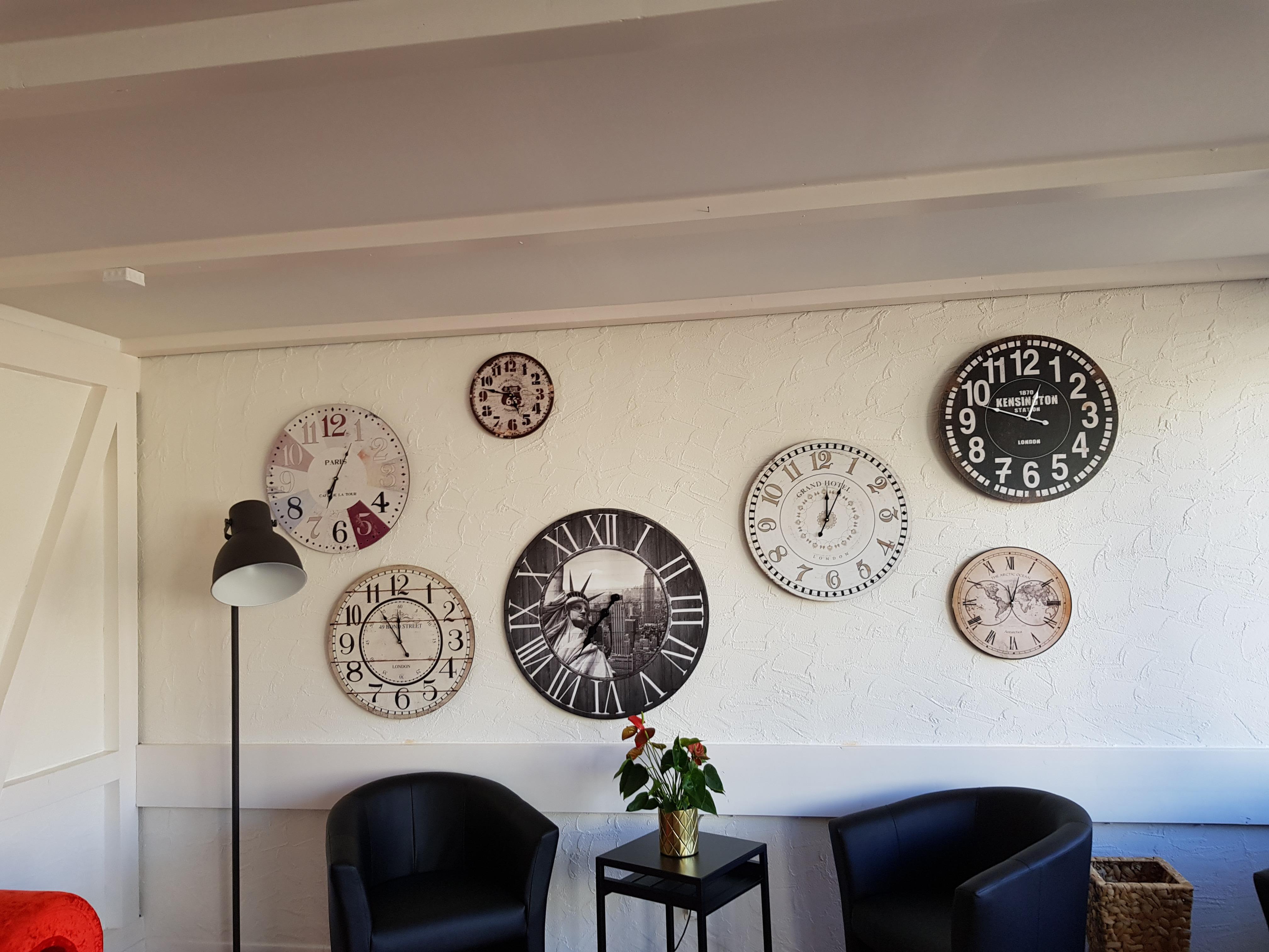 T8 Lobby Uhren