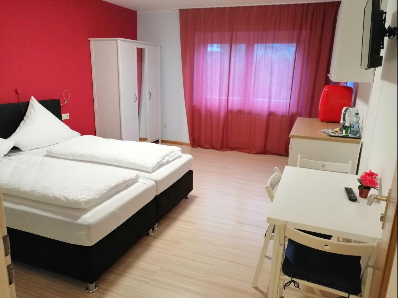 Blaues Haus Zimmer Bett Uebersicht_edite