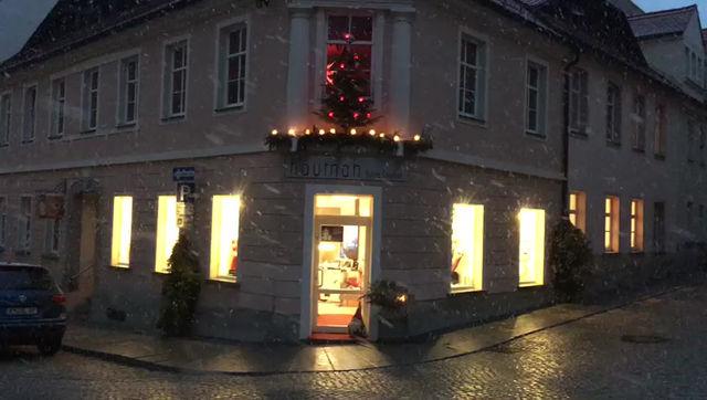 Geschenke kaufen, von A nach B noch laufen - hautnah wünscht Frohe Weihnachten