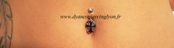 Piercing nombril ovale croix.jpg