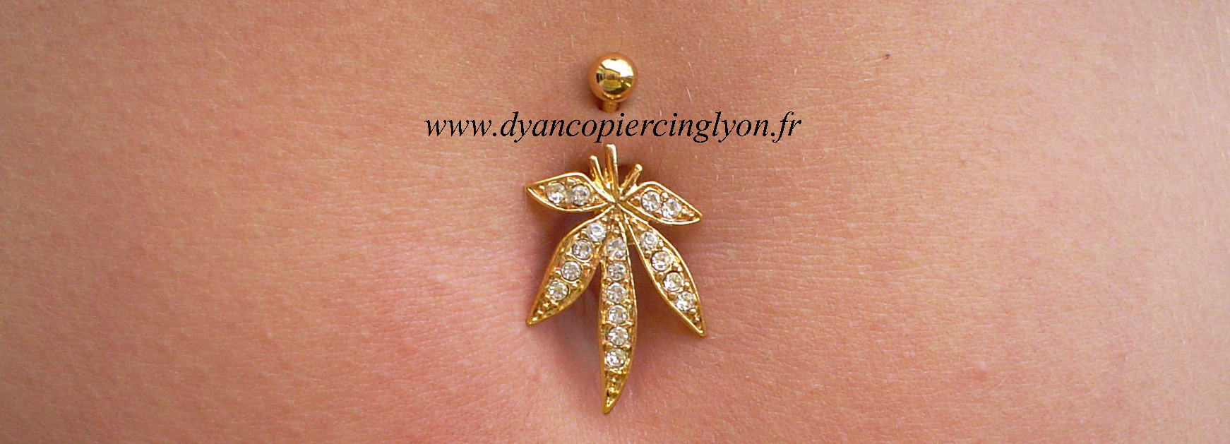 piercing_nombril_feuille_de_cannabis_anodisé_or