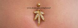 piercing_nombril_feuille_de_cannabis_anodisé_or