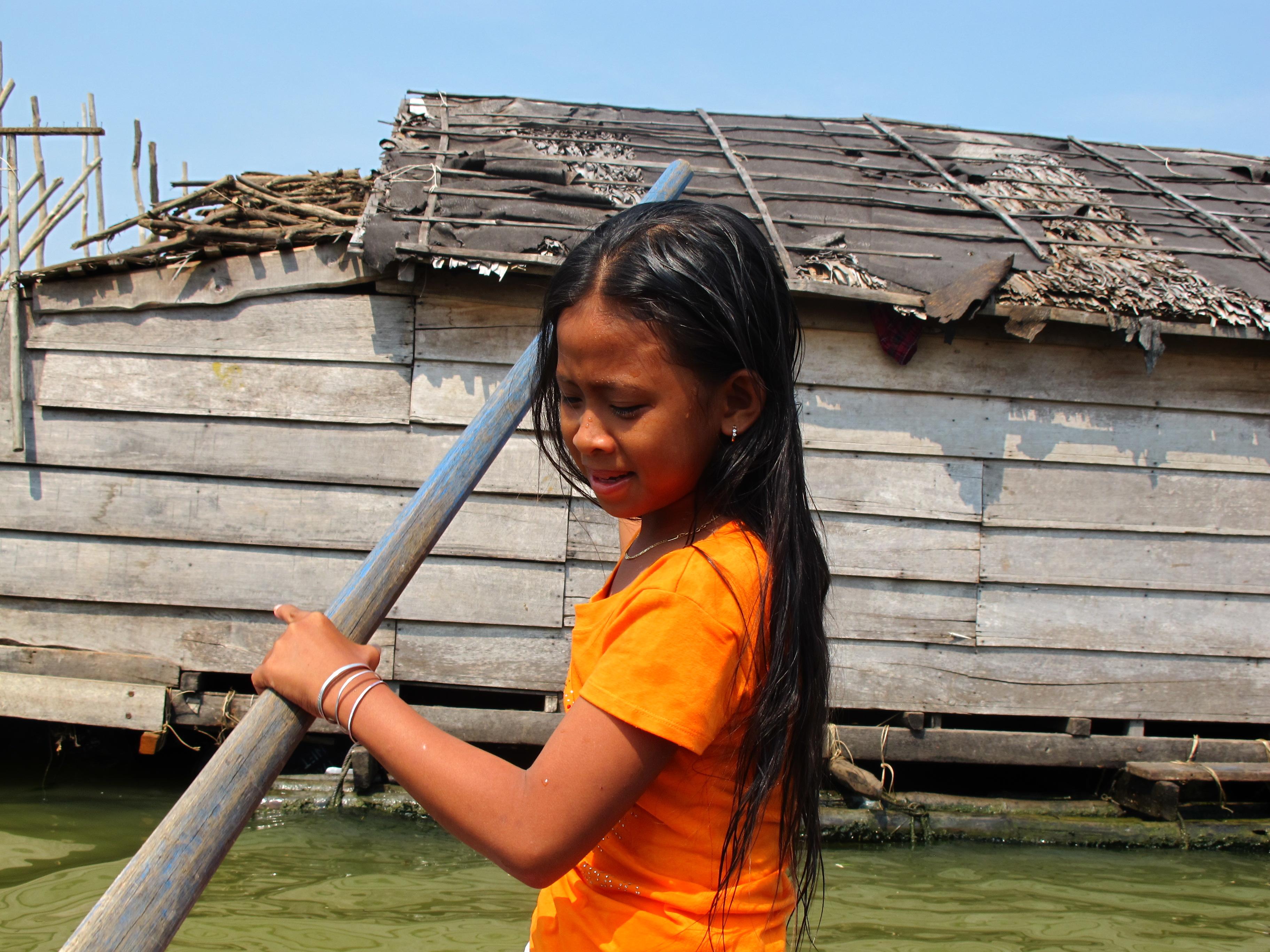 Petite fille sur le Tonlé Sap - Camb