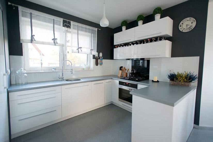 Küche Hochglanz weiß U Form ohne Geräte.