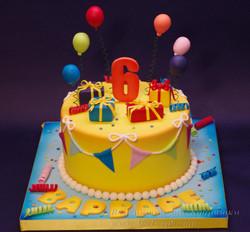 Торт с подарками и шариками