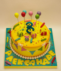 Торт с шариками и подарками