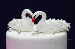 Фигурки лебедей из мастики