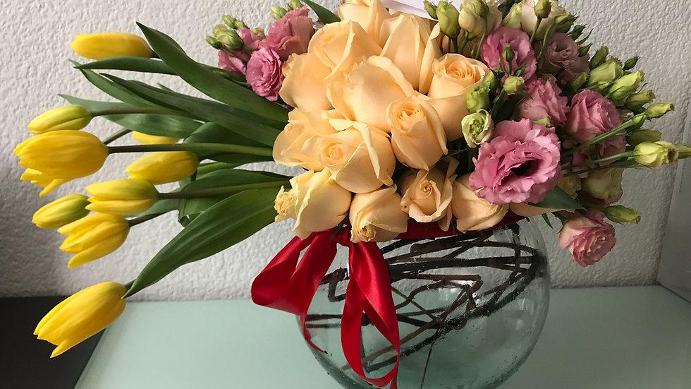 Bowl de cristal con tulipanes