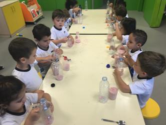 ¡Espuma y jabón en el patio de Escuela Infantil!
