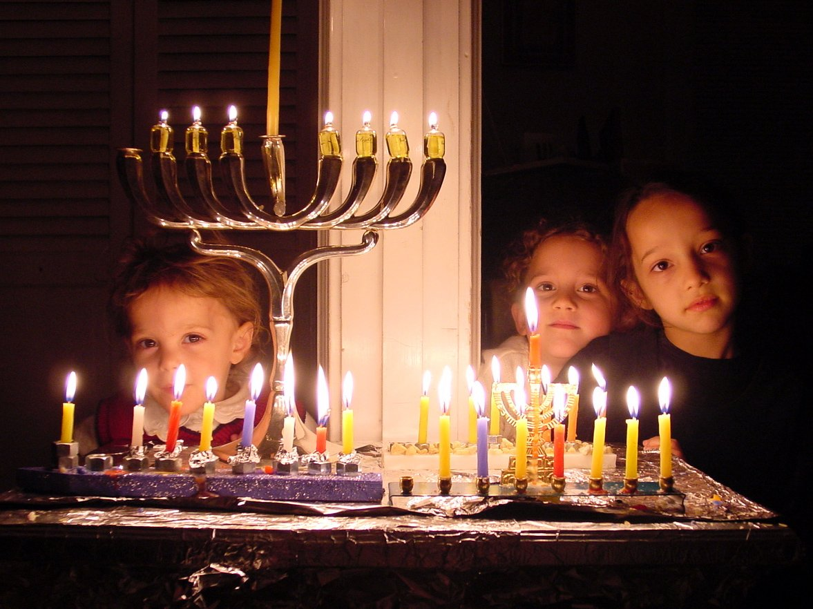 kids-behind-chanukah-menorah-1199289