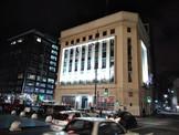 Edificio Institucional de Plaza Sotomayor Cuenta con una Destacada iluminación