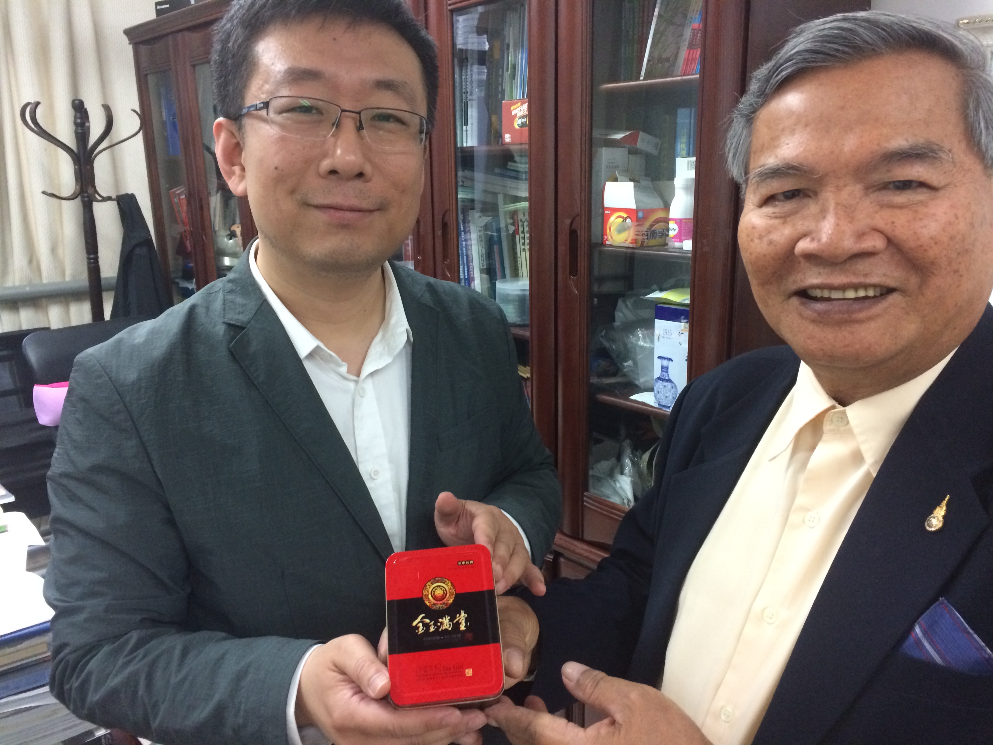 Dr.Wei Chen gave a box of tea