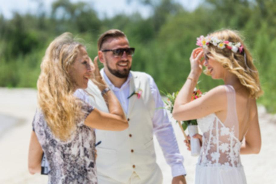 Traurednerin und Brautpaar