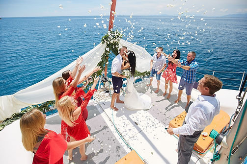 Mariage sur un catamaran by Happily Forever