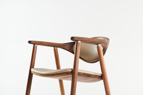 Naru chair, walnut, A03, in leather 2.jp
