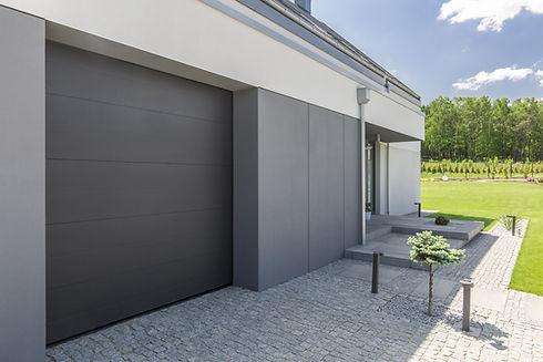 Серая дверь гаража
