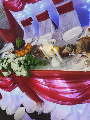 Красная отделка свадебного стола