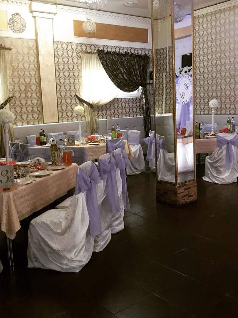 Столы для гостей в общем зале