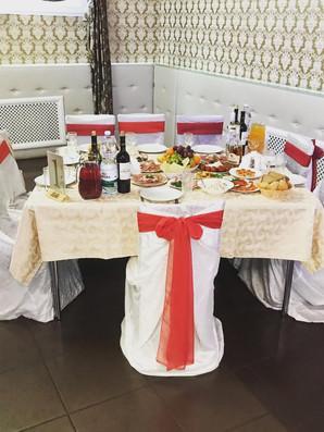 """Оформление стола для гостей в """"красном"""" стиле"""