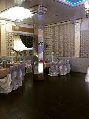 Столы гостей на свадьбе в общем зале