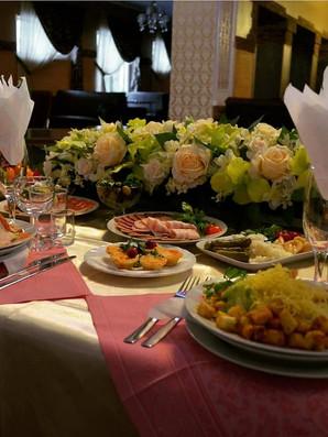 Оформление стола юбиляра цветами