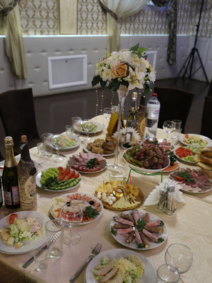 Стол гостей на свадьбе