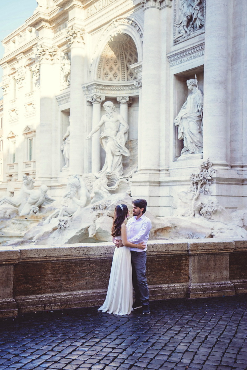wedding photo shoot in Rome by destination wedding photographer in Italy Olga Angelucci