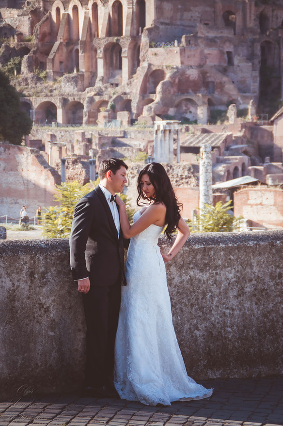 It becomes a good tradition to get married in Rome on the Christmas Eve.