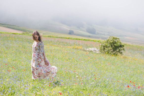 Inspired by Umbria: a photo shoot in the flowering fields of Castelluccio