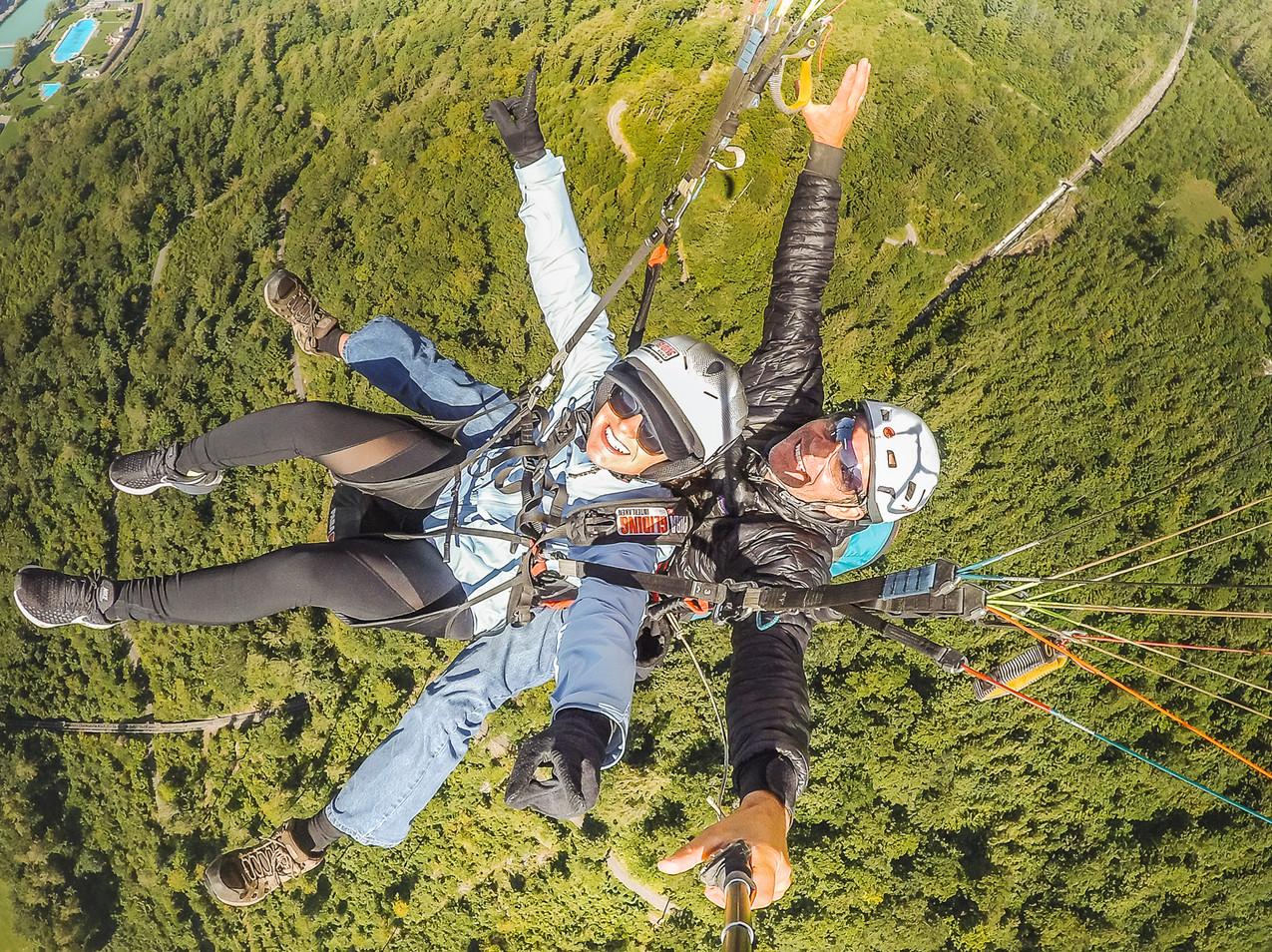 Paragliding Interlaken - Lindsay Straight Overhead
