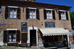 Eine Enoteca in Aussenansicht in Neive im Piemont