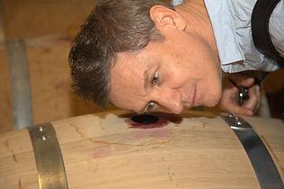 Mann mit Weinfass in Weinkellerei Varaldo Barbaresco im Piemont