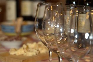 Weingläser in der Weinkellerei Varaldo in Barbaresco Piemont