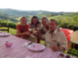 Eine Gruppe geniesst Wein in einer schönen Landschaft im Piemont