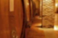 Weindegustation auf dem Turm von der Weinkellerei Ghisolfi nähe Barolo
