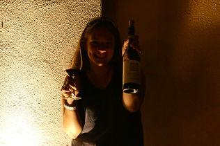 Maya-Marsilio-Piemont-Passion-Reisen-Ferien-Urlaub-Ausflug-Person-Weinflasche-Weinglas-Antica Torre-Barbaresco